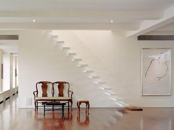 Escada com degraus suspensos e Banco