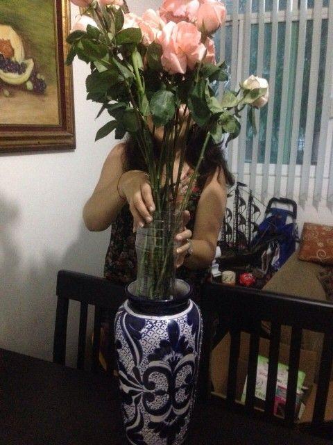 Coloca tus flores dentro de una botella y esta dentro del jarrón y listo!