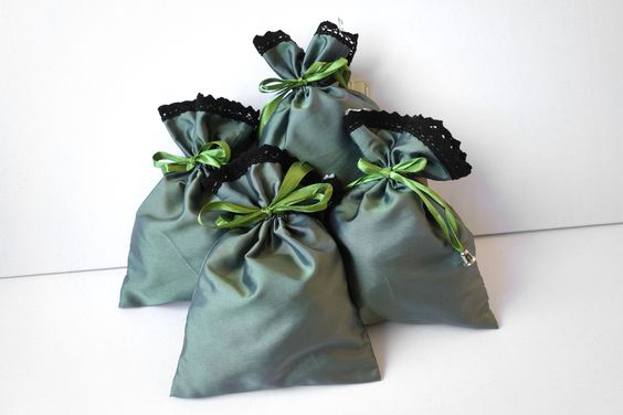 Zielone woreczki do przechowywania drobiazgów i pakowania wysublimowanych prezentów.: