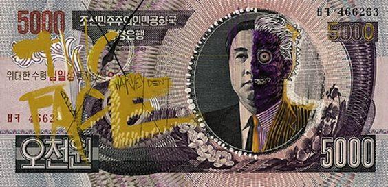 """Aslan fez interferências bem engraçadinhas em notas de dinheiro coreanas, reimaginando o """"Grande Líder"""" Kim Il Sung, como diversos vilões do quadrinhos da Liga da Justiça."""