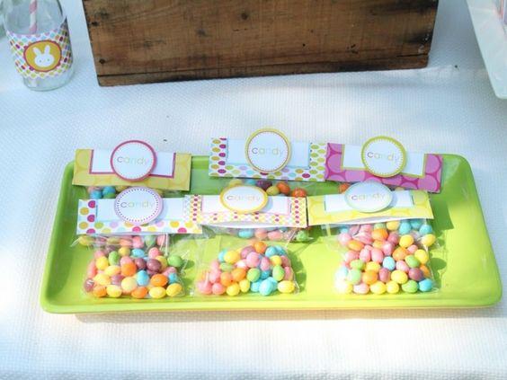 Zuckertüten mit selbstgemachten Etiketten als Geschenk zu Ostern