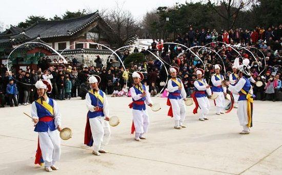 Một hoạt động biểu diễn khá thú vị ở làng Namsangol trong dịp Tết ở Hàn Quốc