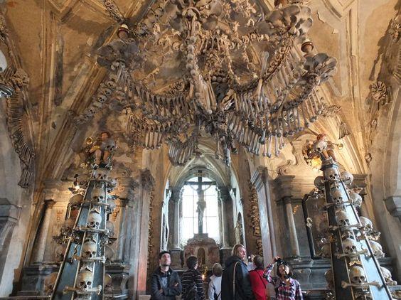 Der morbide Charme der Ewigkeit - Eine der wohl ungewöhnlichsten katholischen Begräbnisstätten, die Knochenkirche, steht nahe der tschechischen Stadt Kuttenberg. Ein Ausflugsziel, das nicht nur für Gothic Freaks und Medizinstudenten sehenswert ist. Zum Reisebericht: http://www.nachrichten.at/reisen/Der-morbide-Charme-der-Ewigkeit;art119,1529833 (Bild: Polásek)