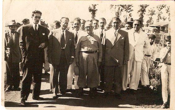 Presidente Getúlio Vargas posando para foto com são-borjenses. Arquivo pessoal Paulo Antônio Sarmanho.