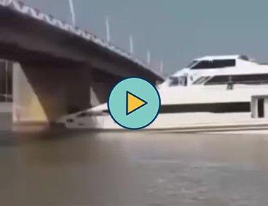 Grande navio passa embaixo da ponte