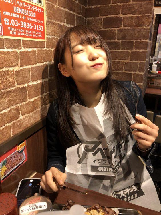 ステーキを食べる菅井友香