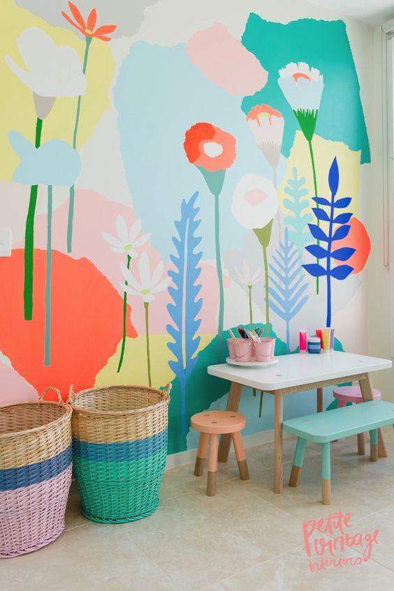 décor en couleur pour chambre d'enfant: mur avec motif floraux, meubles et accessoires pastels:
