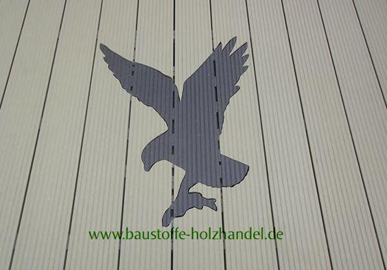 ein eingebautes Adlermotiv in einer UPM ProFi Design Deck Terrasse. Farben Sonnenbeige und Kastanienbraun.