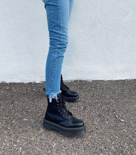 Look combinação calça jeans e coturno