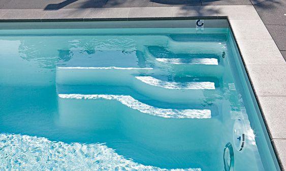 Pool-Treppe: Die bequeme Einstiegstreppe ist so angelegt, dass keine Schwimmfläche verloren geht. Zum Artikel: http://www.pool-magazin.net/artikel/pool-und-garten