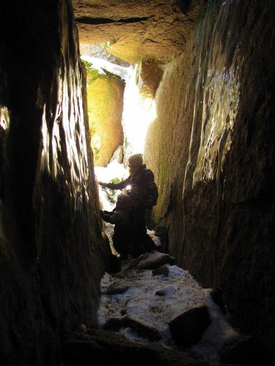 Laitilan Hautvuori Varsinais-Suomessa on vanha linnavuori, joka kätkee sisälleen neljä suurta luolaa. Tarinoissa vuorella on asunut piruja, kalevanpoikia ja sotapakolaisia. Sieltä on löytynyt pronssiajan keramiikkaa ja viimeksi ikivanha kivityökalu.