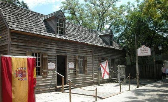 En el Fort Mosé, en San Agustín, se reproduce cada año una sangrienta batalla en la que españoles y una milicia de negros libres (liberados de la esclavitud inglesa por los españoles) derrotaron a los británicos 1740 ( el 'Bloody Mose', se le llama) ayudando a terminar con los intentos de invasión británica de Florida.