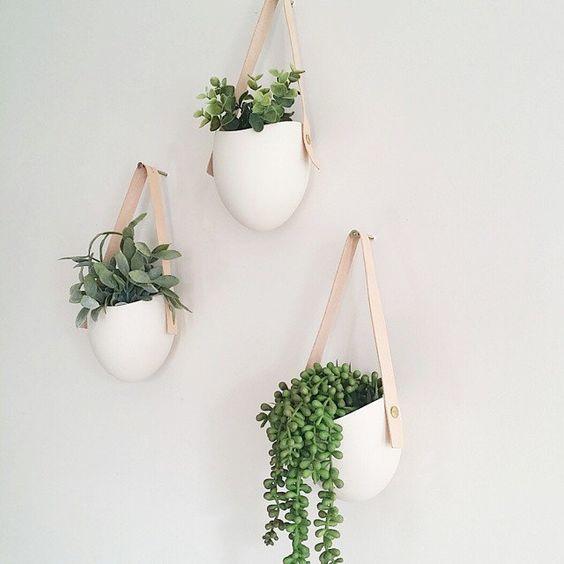 3 Porzellan und Leder hängende Pflanzgefäße von lightandladder auf Etsy https://www.etsy.com/de/listing/83144130/3-porzellan-und-leder-hangende