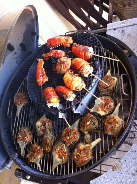 Colas de langosta marinadas en mantequilla y perejil cocinaras al carbon , alcachofas con chimichurri a la parrilla