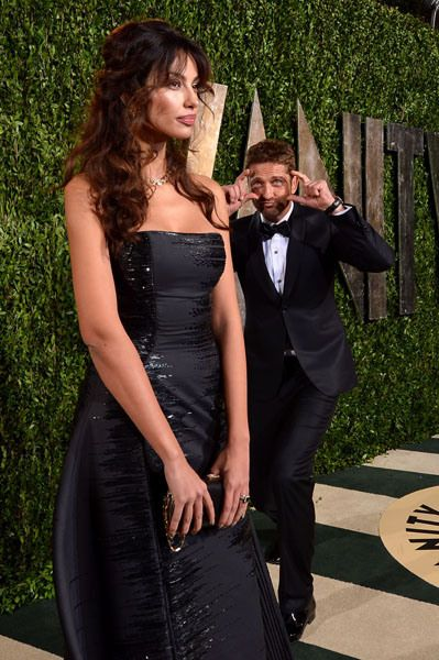 She's too sexy for this photobomb! Gerard Butler pantomimes a shutterbug as his (now ex-girlfriend) Madalina Ghenea stuns on the red carpet.