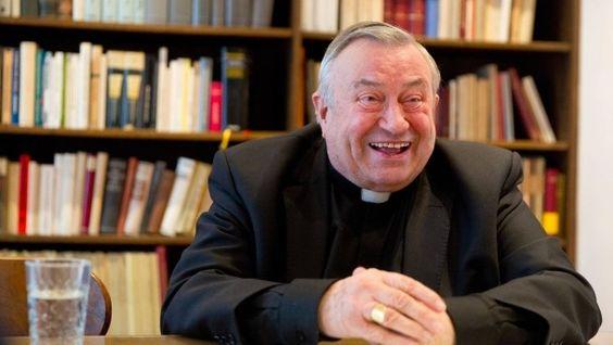 Ganz entspannt im Hier und Jetzt: Karl Kardinal Lehmann im Bischofshaus nahe dem Mainzer Dom. Man merkt ihm den Theologieprofessor noch an, aber er verbindet Intellektualität mit Freundlichkeit und Nähe.
