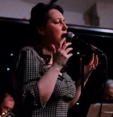 Carolyn Saint-Pé sing French chansons with The Sparrows of Paris Carolyn Saint-Pé chante la chanson réaliste avec Les Moineaux de Paris