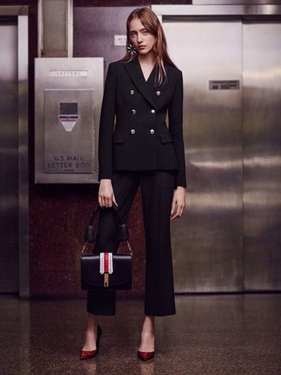 Черный брючный костюм — простой способ выглядеть стильно 0