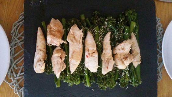 Super mals en super lekker: gepocheerde kip  met bimi. Lees op de website hoe je dit recept maakt!