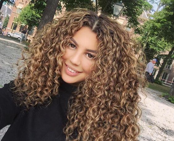 A imagem pode conter: 1 pessoa | Cabelo de 2019 | Pinterest | Mechas cabelo cacheado, Cabelo cacheado e Cabelo penteado