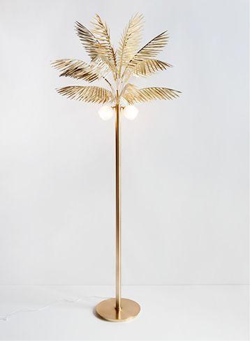 Lampe palmier du studio mouving mountains, qui rend hommage au passé, à l'esprit empire sur toile de fond tropicale.