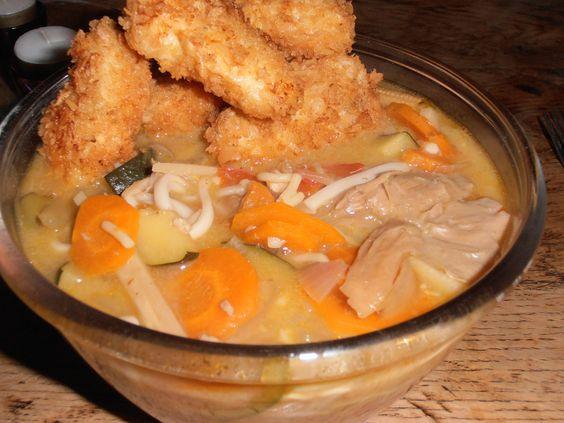 Thaise Tom Yam Sour and Spicey soep met mie-noedels en Kabeljauw gebakken in een Panko-jasje