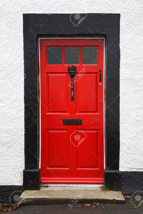 7989813-front-door-of-a-traditional-british-house-painted-bright-red-and-with-a-home-sweet-home-sign.jpg (866×1300)