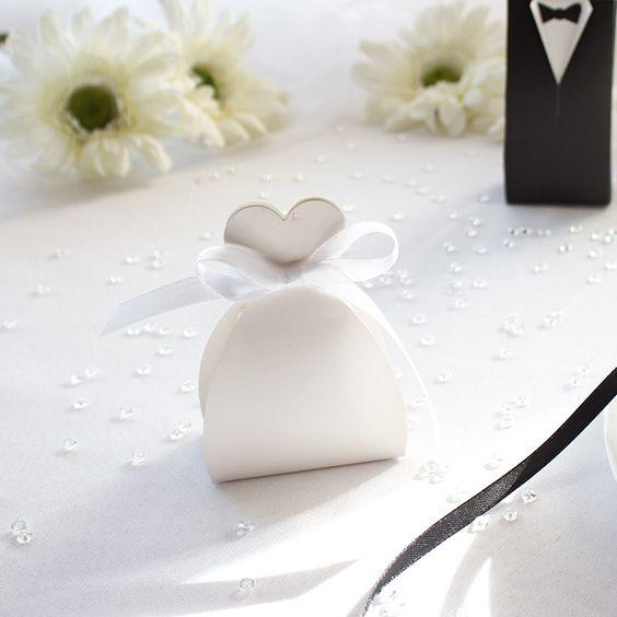 """Mandelbox """"Braut"""" als Gastgeschenk für die Hochzeit: https://www.meine-hochzeitsdeko.de/mandelbox-braut-mit-hochzeitsmandeln"""