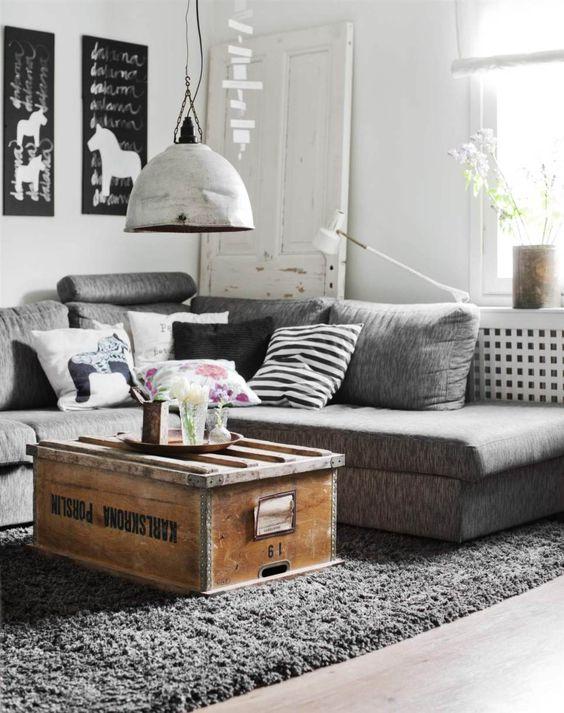 eine alte truhe als wohnzimmertisch kiste truhe tisch. Black Bedroom Furniture Sets. Home Design Ideas