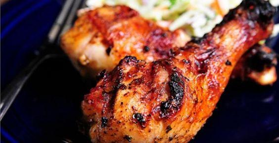 Avec cette canicule qui s'acharne ces jours-ci quoi de mieux qu'une recette sur le barbecue. Le pilon de poulet grillé, cettepetite partie toute tendre du poulet s'offre à vous ce soir. Une marinade pleine d'épices de toute sorte mélanger avec une b