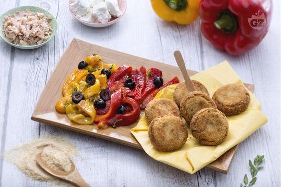 Le polpette di tonno e ricotta con peperoni formano  un secondo piatto appetitoso realizzato con il tonno in scatola e la ricotta di mucca.