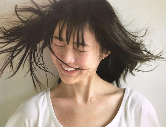 髪をなびかせるかわいい生田絵梨花