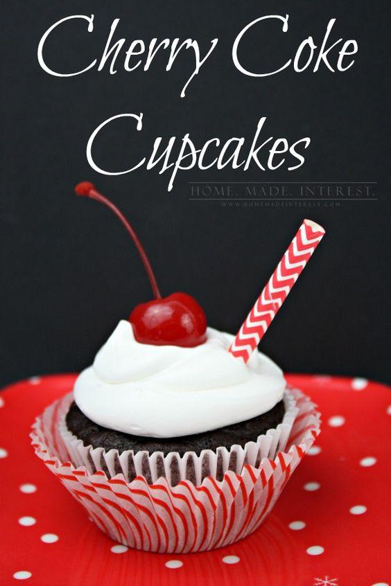 Esta receta Cherry Coke Cupcake es tan fácil de hacer.  Todo lo que necesitas es una caja de mezcla para pastel y una lata de coca-cola!  Añadir un poco de jugo de cereza y tiene pastelitos de coque de la cereza.  Póngalos en un frasco y usted tiene un regalo hecho en casa de la diversión para los amigos o la familia.