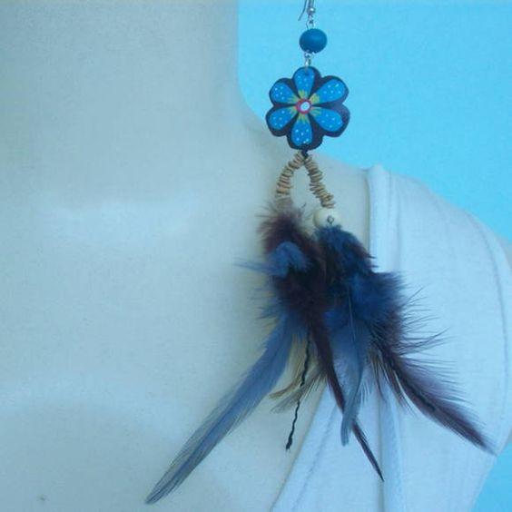 Brinco de penas coloridas artificialmente com pingente de coco e sementes de maramara . R$ 2,50