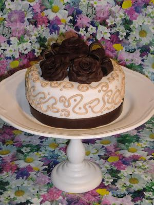 Caprichos en la Cocina.: Tarta de rosas (receta del chocolate moldeable o plástico y del swiss meringue buttercream).