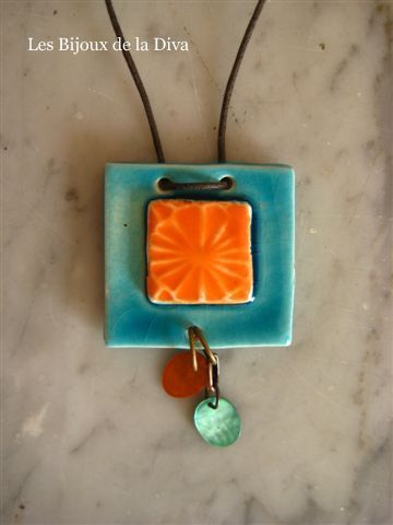 Collier 38 ; Carré orange et turquoise et sequins de nacre color