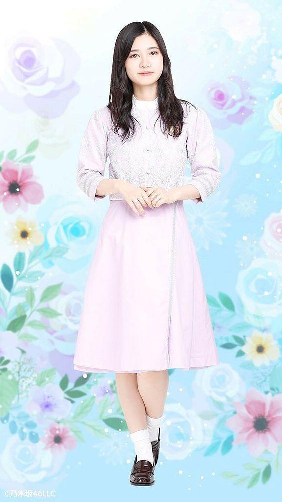 ピンクのワンピースを着ている花をバックにした寺田蘭世の画像
