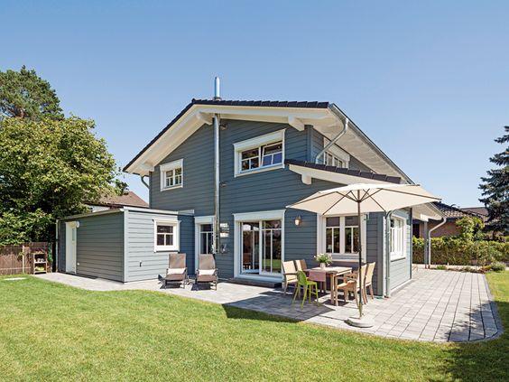 Mehrschaliges, massives Holzhaus mit grauer, edler Fassade, weißen .....