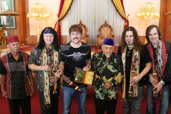Grup band FireHouse berfoto bersama Sultan Kutai Kartanegara HAM Salehoeddin II  Foto : Endi    Rasa kagum grup band asal Amerika FireHous...