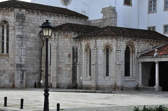 O mosteiro, Ordem de Cister, foi fundado por D. Dinis. Diz a lenda que D. Dinis terá tido esta iniciativa como forma de pagamento de uma promessa feita a S. Luiz bem como a S. Dins, numa caçada no Alentejo foi surpreendido por um urso. Perante a aparição do santo, o rei recobrou forças e matou o urso.O Mosteiro de S. Dinis e S. Bernardo ou Mosteiro de Odivelas foi fundado finais do séc XIII; está localizado no largo de D. Dinis, freguesia de Odivelas, Portugal. Monumento Nacional (1910).