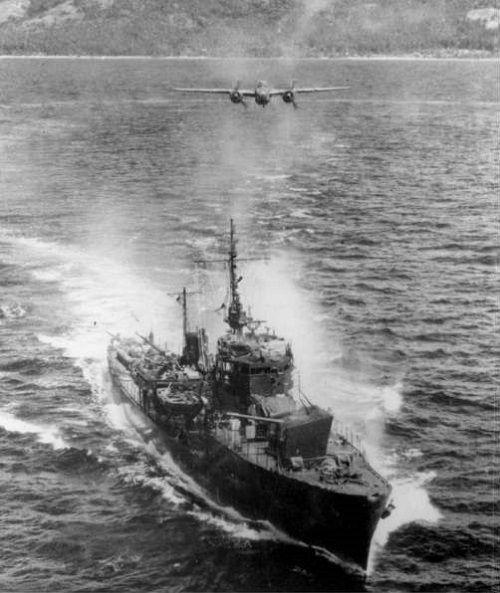 第一号型海防艦(丙型)の6番艦=丙第11号。空襲下の第十一号海防艦 ...