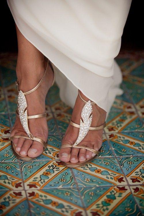 Para mis zapatos, yo no quiero zapatos con tacones porque soy muy alta. Deseo que yo pudiera zapatos con tacones, pero no quiero ser más alta entonces mi novio. Me gusta sus  sandalias, pero las suyas tiene oro y quiero que las mías son platas.