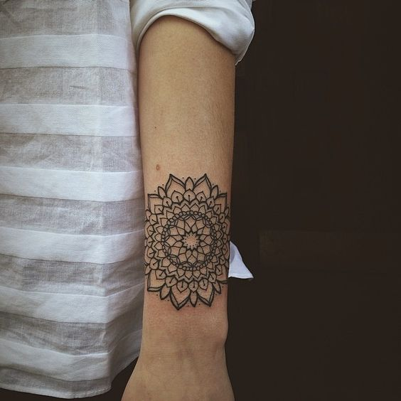 Mandala poignet tattoo pinterest mandalas photos et - Tatouage poignet mandala ...