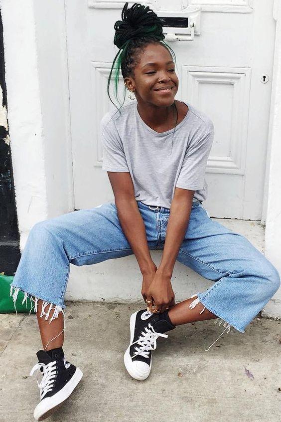 5 Peças jeans favoritas das fashion girl. T-shirt cinza, calça cropped com barra desfiada, all star preto