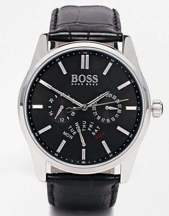 Armbanduhr von Hugo Boss Lederriemen in Krokolederoptik drei Zeiger Chronographendesign mit Unteranzeigen Datumsanzeige auf 6 Uhr Dornschließe 3 atm wasserdicht bis 30 Meter (100 Fuß)