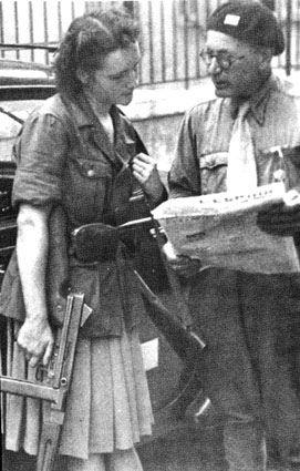 Une femme membre de la résistance française avec tunique allemande et Thompson mitraillette. Description de ww2incolor.com. Je cherchais pour cela sur bing.com/images