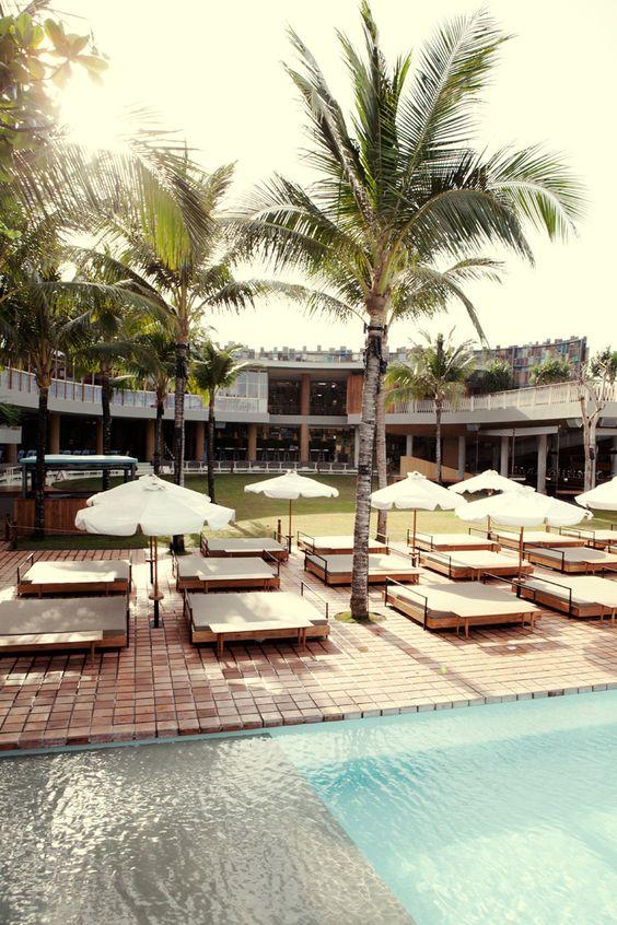 Westwing-Lifestyle-Bali-PotatoHead Wer sich einen Tag lang einfach nur entspannen möchte, tut das am Besten in einem Bach Club. Unsere Tipps: Potato Head in Seminyak, mit einem grandiosen Blick auf den indischen Ozean und Jungle Fish in Ubud mit Inifnity Pool und Blick direkt in den Dschungel. Mieten Sie sich eine Liege für den Tag (vorher reservieren!) und genießen Sie Drinks, Snacks und Co. Die Preise sind auf Bali im Vergleich zu europäischen Beach Clubs eher günstig.