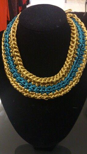 Collar ganchillo en hilo de seda, dorado y verde turquesa