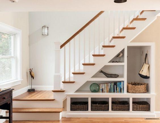 rangement sous escalier ouvert élégant, paniers tressés et déco cottage chic: