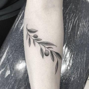 3 Grandes Tatuajes De Ramas Con Flores Y Uno Pequeno Catalogo De Tatuajes Para Hombres Tatuaje De Oliver Queen Tatuaje De Rama De Olivo Tatuajes Griegos